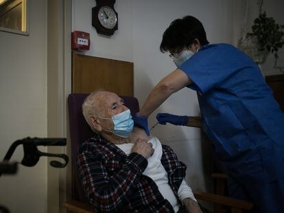 A nurse vaccinating a resident of the Pare Vilaseca nursing home in Barcelona.