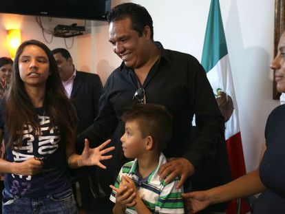Alondra Luna (l) with her family after her return from the US.