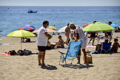 A couple on the beach of Platja d'Aro on Sunday.