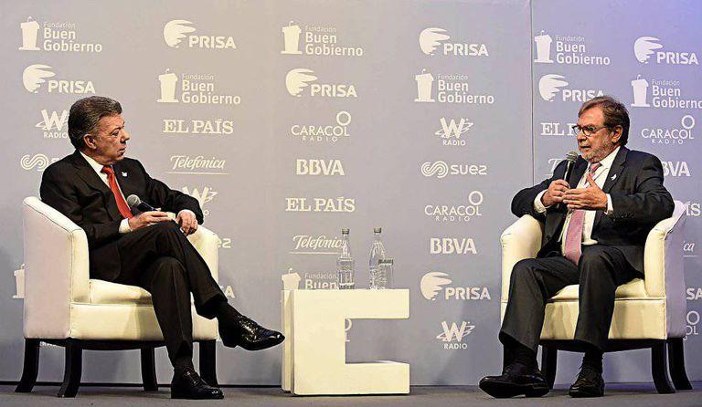 Colombia's President Juan Manuel Santos talks to PRISA's Juan Luís Cebrián.