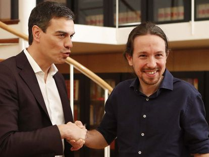 Pedro Sánchez and Pablo Iglesias shake hands after beginning their talks on Wednesday.