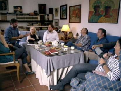 Oriol Junqueras (center in white shirt) and host Jordi Évole (second left) with the Parejos in Seville.