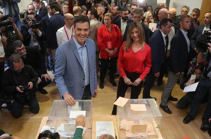 Pedro Sánchez casts his vote on Sunday.