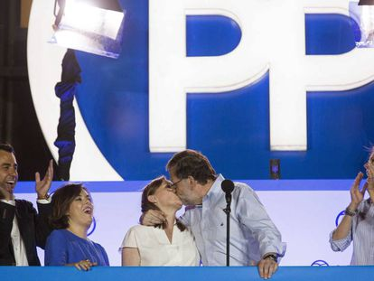 Mariano Rajoy kisses his wife Elvira to celebrate the PP victory in Sunday elections.