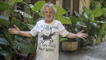 """Catalan artist Javier Mariscal wearing a T-shirt with the slogan """"Catalonia is a very beautiful country."""""""