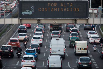 A traffic board on the M-30 informs drivers about the pollution protocol in Madrid