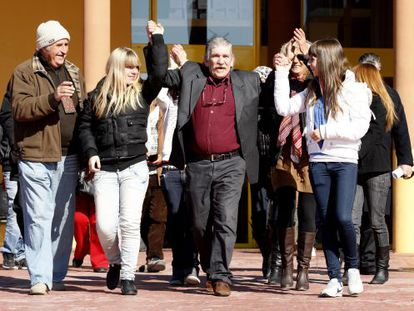 Miguel Montes Neiro leaves prison, accompanied by his family.