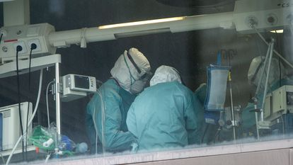 Health personnel working at an Intensive Care Unit at La Paz Hospital in Madrid.