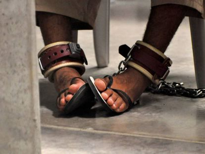 Legcuffs on the feet of a detainee in Guantanamo Bay (Cuba)