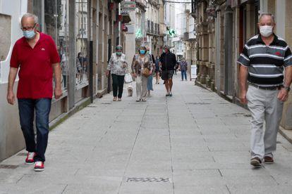 Passers-by in Viveiro, A Mariña on Sunday.