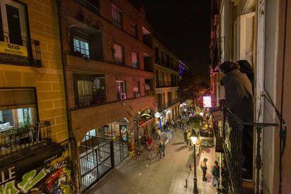 Jordi Gordon, spokesperson of SOS Malasaña, and neighbor Andrés Martínez look out over a balcony.