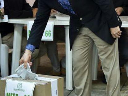 Former president Álvaro Uribe votes in Sunday's elections.