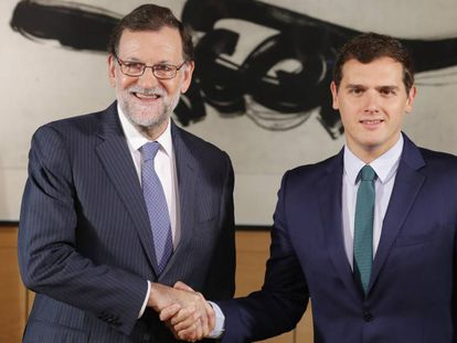 Mariano Rajoy (left) and Albert Rivera clinching their deal.