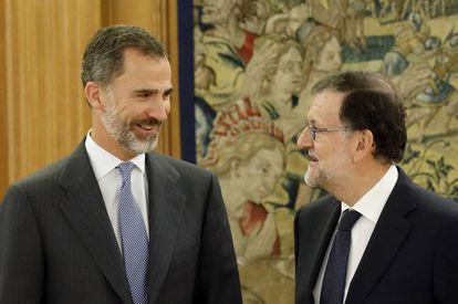 King Felipe VI (l) and acting PM Mariano Rajoy.