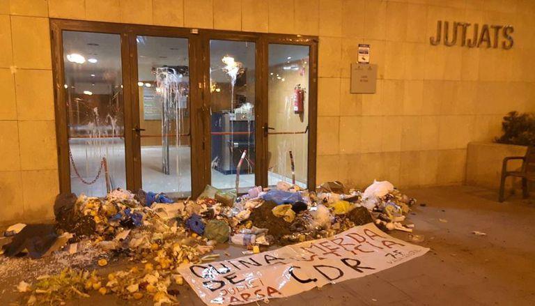 Garbage dumped outside a court in Gavà.