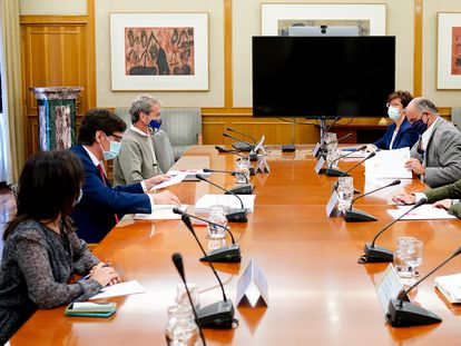Health Minister Salvador Illa (2nd l) and Madrid's regional health chief Enrique Ruiz Escudero (2nd r) at a meeting on Monday.
