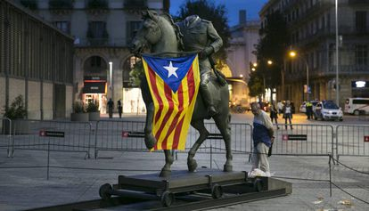 The Franco statue with a Catalan independence flag.