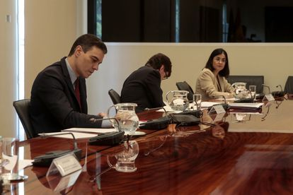 Spanish Prime Minister Pedro Sánchez (l) during today's video conference meeting with the country's regional premiers.