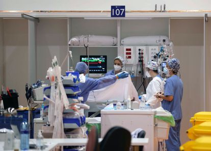 Health workers in the intensive care unit of a Central University hospital in Asturias.