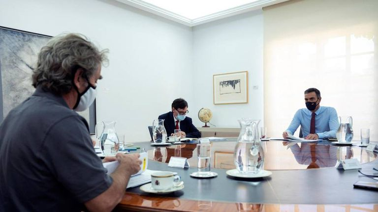 (l-r) Health official Fernando Simón, Health Minister Salvador Illa and Prime Minister Pedro Sánchez at a meeting on the coronavirus situation in Spain.