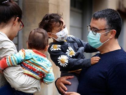 Padres con niños en una calle de Terrassa el pasado día 10.