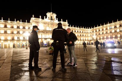 Police officers enforcing new curfew rules in Salamanca.