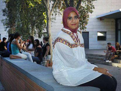 Takwa Rejeb in front of Benlliure High School in Valencia.