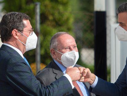Spain's PM Pedro Sánchez (r) greeting CEOE president Antonio Garamendi (l) at a business forum in Madrid on Wednesday.