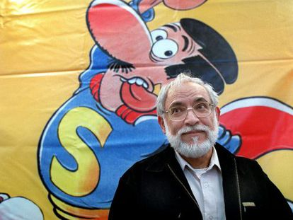 Jan in front of his Superlópez character at an exhibition in Barcelona.