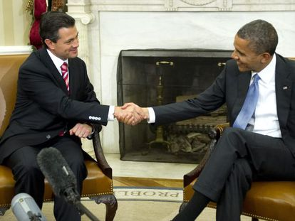 Enrique Peña Nieto (l) shakes hands with President Obama Tuesday at the White House.