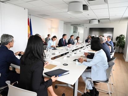 Spain's PM Pedro Sánchez (center), with Tourism Minister Reyes Maroto (center-left) at a meeting with investors in New York.