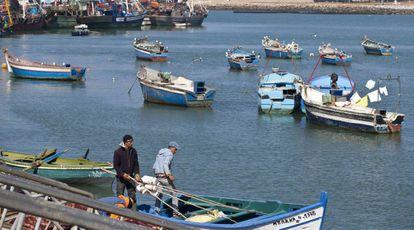 Moroccan fishermen at the port of Larache.