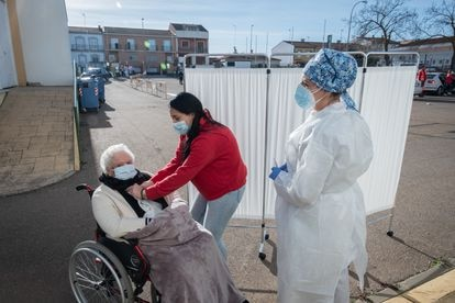 Carmen Álvarez, 86, before receiving the Pfizer vaccine.