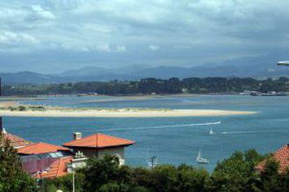 The beach of El Puntal, in the bay of Santander.