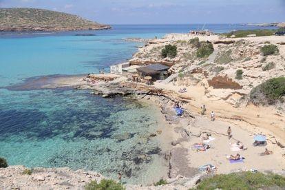 View of Cala Escondida in Ibiza, with the Cala Escondida beach bar in the background.