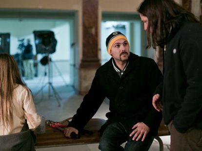 El director argentino Lucas Figueroa (centro), en un momento del rodaje de 'Viral'.
