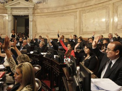 Argentinean senators raise their hands to approve the new law on the use of cannabis oil.