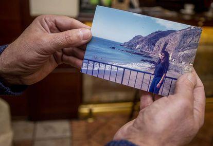 Alfonso Arnáiz shows a photo of his sister, Lourdes.