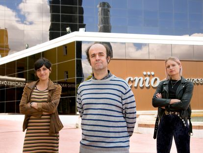 Vanesa Lafarga, Óscar Fernández Capetillo and Oleksandra Sirozh at the National Cancer Research Center in Madrid.