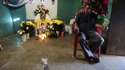 Ezequiel Mora, father of a trainee teacher whose remains have been identified, at his son's wake in Tecuanapa (Guerrero).
