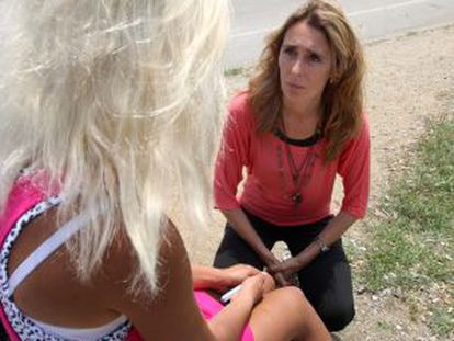 Mayor Sonia Martínez talks to one of the prostitutes in her town.
