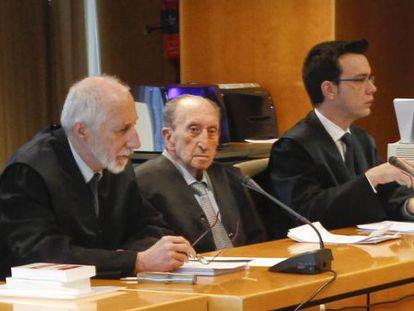 Ángel Pelluz (center) listens to the porceedings during last month's trial.