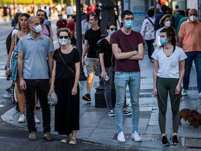 Pedestrians, some wearing masks, on Madrid's Bailen street this weekend.