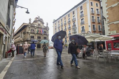 Passers-by wearing masks in Pamplona, Navarre.