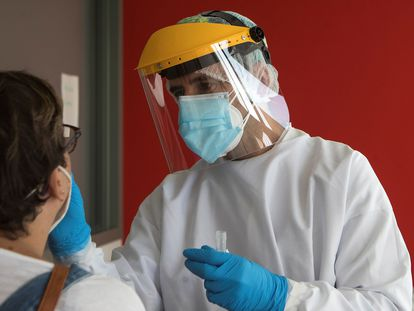 A health worker carries out a PCR test in Zaragoza, Aragón, where a sharp rise in coronavirus cases has been detected.