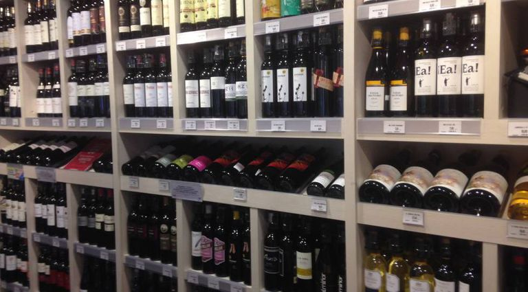 A well-stocked Spanish supermarket wine section.