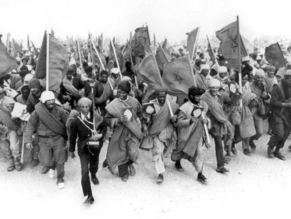 Moroccans carry the Qur'an during the Green March on November 6, 1975.