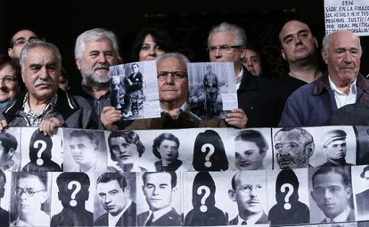 High Court Judge Baltasar Garzón (third from right) and other demonstrators at the Ateneo in Madrid on Sunday.