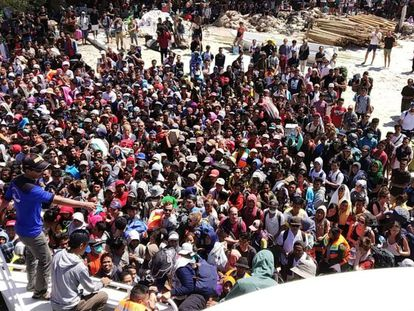 People attempting to leave Gili Trawangan, north of neighbouring Lombok island.