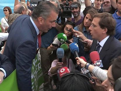 Vox general secretary Ortega Smith (l) and Madrid Mayor Almeida clash at the tribute to a victim of gender violence (Spanish audio).